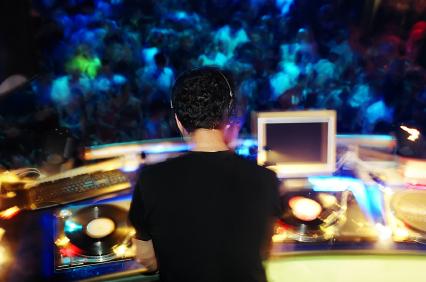 DJ Hochzeit Kosten - Warum nicht einen Club DJ für deine Hochzeit engagieren