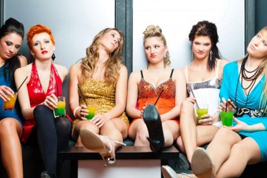 gelangweilte Gruppe Mädels, da der DJ einfach scheiße auflegt
